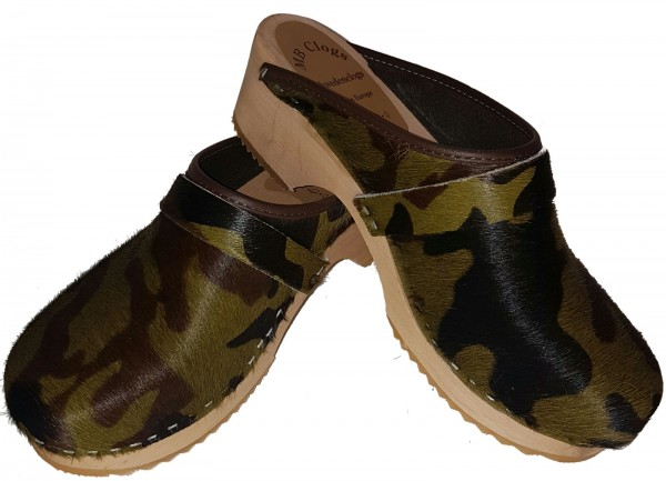 Fellclogs in Camouflage Optik mit heller Sohle